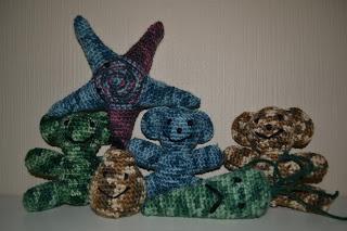 Crochet camouflage animals and vegetables / Heklet stjernefisk, bamser, pære og gulerot i kamuflasje fargene blått, lilla, grønt og brunt