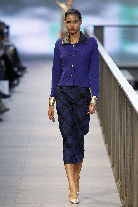 Conjunto azul oscuro con falda en estampado tartán y cuello con detalles de cuero en el 080 Barcelona Fashion #trend #fashion #catwalk #Barcelona #Naulover #fall #winter #2015