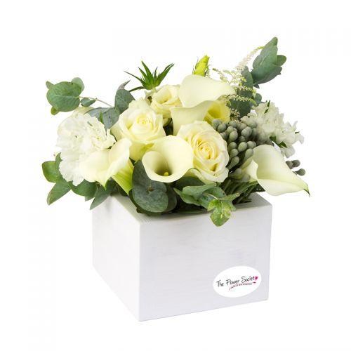 Aranjament floral trandafiri albi si cale