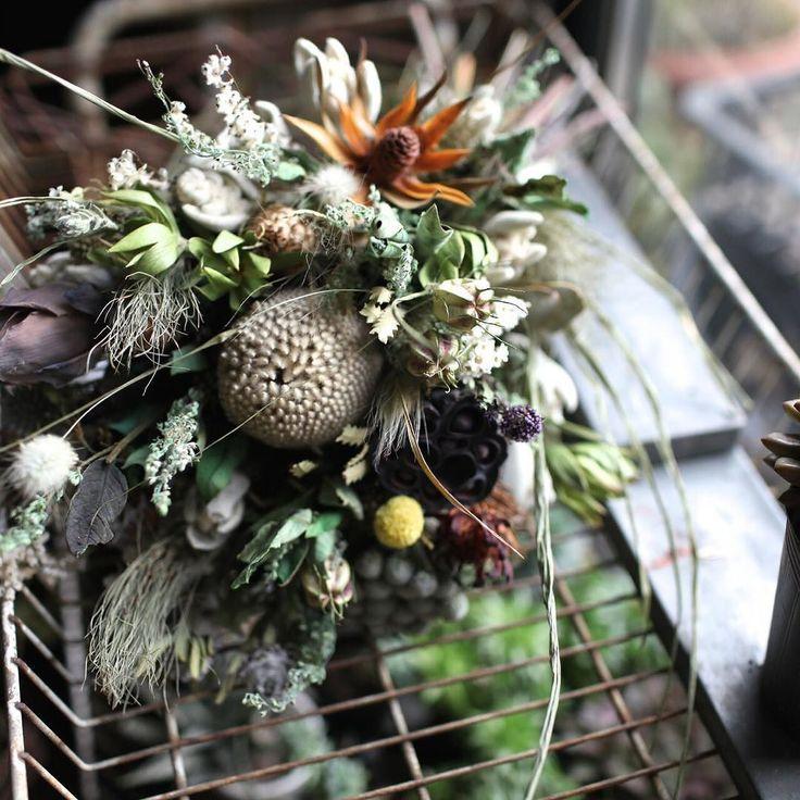 鍵を忘れた 爪で開かねえかな  写真は 台湾からの インターンさんが作った ドライの花束  #とりあえず違う鍵を入れてみる #高いところに登ってみる #ないものはない  #dryflower #bouquet #花束 #ブーケ #ドライフラワー #nagi 元#suguri  #driedflower #花屋 #フローリスト #花のある暮らし #暮らしに花を #花のある生活 #flower #arrangement #flowerarrangement #リース #NagiGreenworks by jin.greenworks.nagi