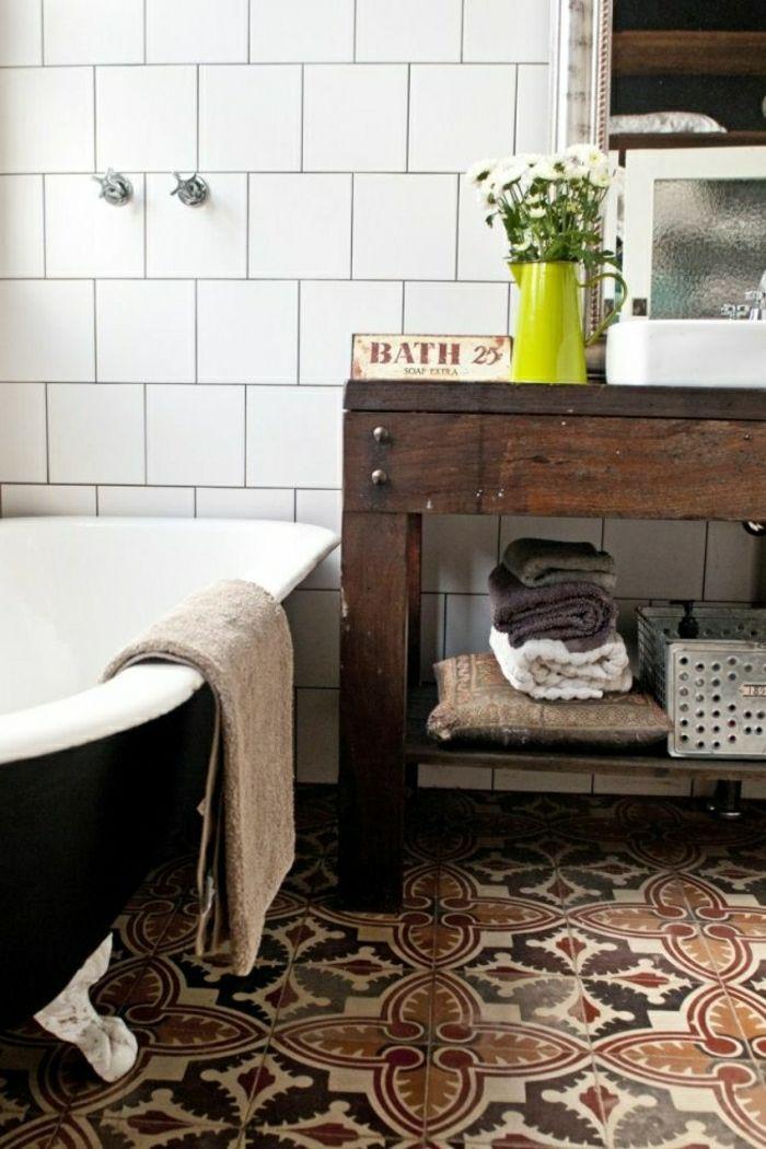 Badezimmer mit Badewanne in Landhausstil