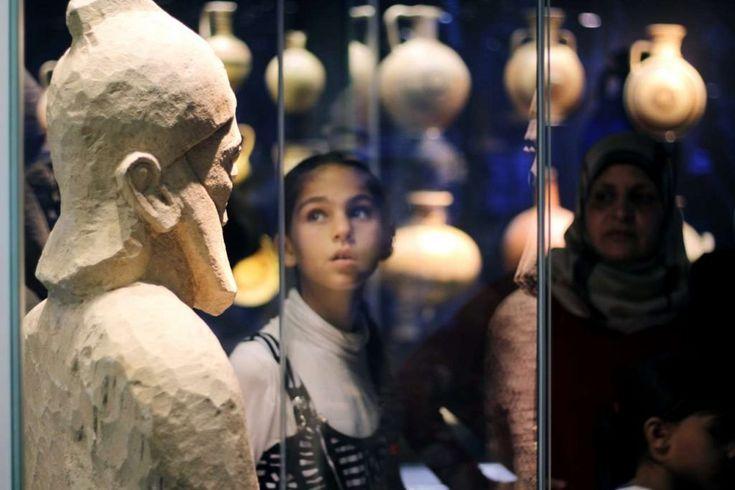 Στοιχεία από τη συριακή πολιτισμική κληρονομιά -που κοντεύει να εκπνεύσει- αγαλματίδια και αγγεία που έβλεπαν για πρώτη φορά, ακόμη κι έναν τζιχαντιστή εντόπισαν οι σύροι πρόσφυγες στους τέσσερις ορόφους του Μουσείου Κυκλαδικής Τέχνης - Το Protagon τους συνόδευσε στην ξενάγηση που διοργάνωσε η ΜΚΟ Αλληλεγγύη-Solidarity Now