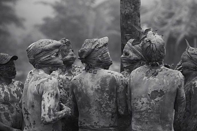 """""""Do Pó da Terra"""", fotografias sobre a história das ceramistas do Vale do Jequitinhonha, em Minas Gerais, Brasil. Aldeia Maxakali, Cidade de Ladaínha.  Fotografia: Maurício Nahas.  http://gshow.globo.com/tv/noticia/2016/09/mauricio-nahas-mostra-imagens-marcantes-de-sua-carreira-no-telao-do-domingao.html"""