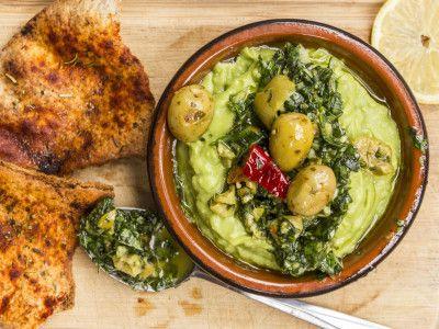 Avocats et pesto aux olives vertes et croustilles de pita