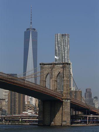 白い旗が掲げられた米ニューヨークのブルックリン橋=7月22日(EPA=時事) ▼14Aug2014時事通信|ドイツ人アーティストの「犯行」?=星条旗を白旗に-NY名所の橋 http://www.jiji.com/jc/zc?k=201408/2014081400066