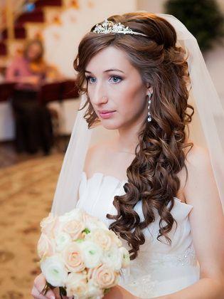 Hochzeitsfrisuren mit Diadem auf unterschiedlich langen Haaren