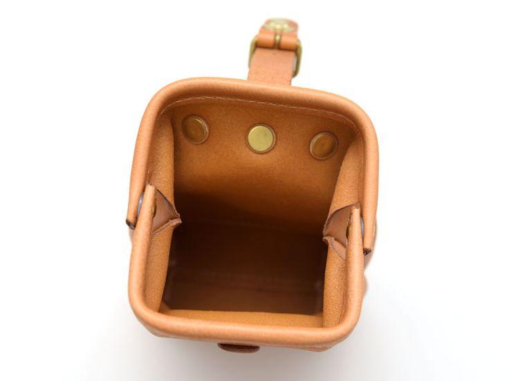 口枠タイプのベルトポーチ。差し込み金具で簡単に開閉でき、マチがあるので二つ折り財布、スマートフォン、コンパクトデジカメがすっぽり入ります。コロンとしたフォルムで使う人を選びません。