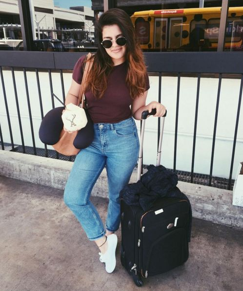 Street Style, Summer Outfit, Chic Outfit, Warm Weather, Spring Outfit, Denim, Outfit of the day, Dinner Outfit, Casual Outfit, Airport Style, Airport Outfit, Vans, White vans, Mom jeans, girlfriend jeans, Basic outfit.