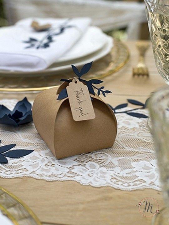 Scatolina portaconfetti curva in cartone.  Originale scatolina in cartone in perfetto stile vintage.  Misure: 8.5x8.5x7cm.  Nella confezione è inclusa la rafia e l'etichetta. #matrimonio #wedding #portaconfetti #cartone