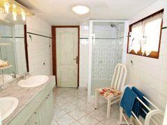 Villa Hibiscus bathroom