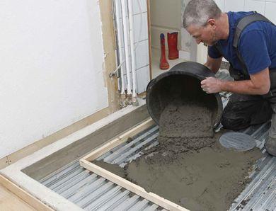 Nytt bad på svalehaleplater av stål. Platene er bare 16 mm høye, og kan legges direkte på gulvbjelkene, slik at du kan støpe et stabilt betonggulv som bare er 5 cm høyt.