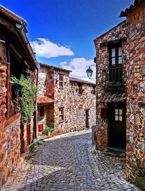 Casal de São Simão, aldeia nas montanhas do concelho de Figueiró dos Vinhos, Portugal. A pequena aldeia, de praticamente uma só rua, essencialmente construída em quartzito, situa-se num dos flancos da crista quartzítica que dá origem às Fragas de São Simão.