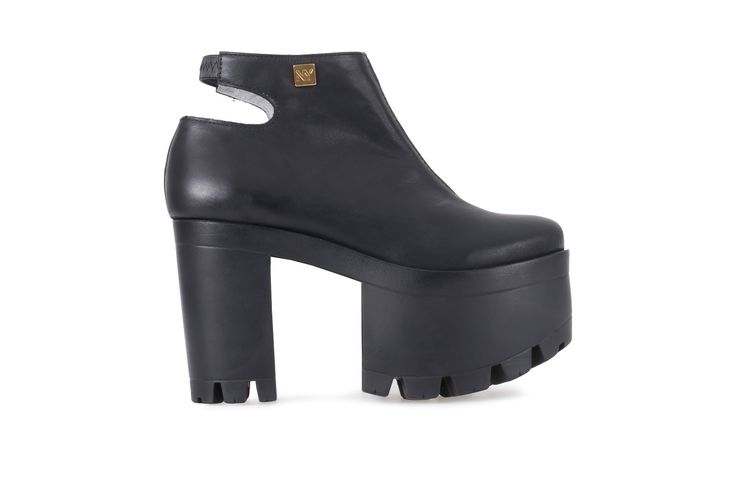 Para as fãs de plataformas e de um estilo marcado pela cor preta, estes botins são a criação perfeita.  A concepção da sola (em salto e compensado) dão o toque de requinte e a este modelo.