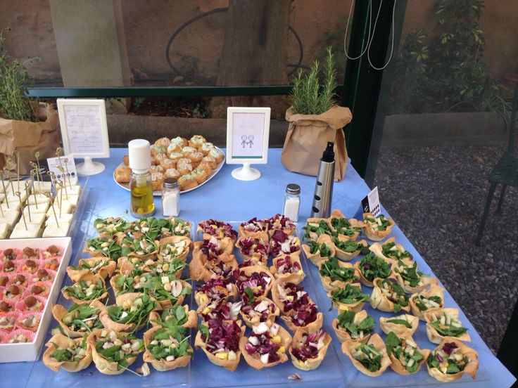 Cestini di pasta alla ricotta con insalate fantasia: speck radicchio e ananas; spinaci freschi, noci e pere; rucola, pecorino, nocciole e champignon