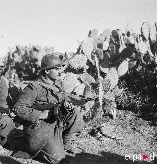 Un soldat fancais avec une mitraillette Thomson.. La campagne de Tunisie, également connue sous le nom de « bataille de Tunisie », est un ensemble de batailles de la seconde guerre mondiale qui se déroulent en Tunisie entre le 17 novembre 1942 et le 13 mai 1943.
