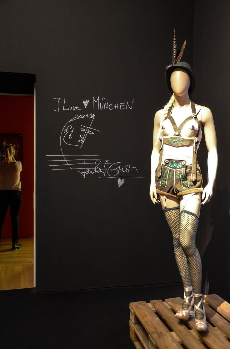 FROM THE SIDEWALK TO THE CATWALK Eine Ausstellung so einzigartig wie sein Künstler.   Unser weekly #ConciergeTipp: Wie kein zweiter Designer fordert Jean Paul Gaultier mit seinen kühnen und ironischen Kreationen unsere Vorstellung von Mode und Schönheit heraus. Exklusiv in Deutschland zeigt die Kunsthalle München eine umfassende Ausstellung, in der sein vielfältiges und faszinierendes Werk gewürdigt wird. Die Ausstellung ist noch bis zum 14. Februar zu sehen.