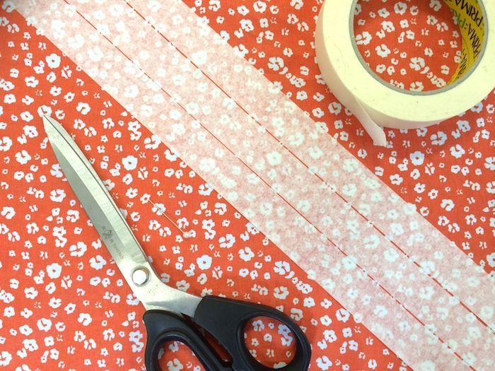 Schrägband mit Hilfe von Malerkrepp zuschneiden