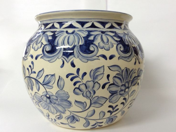 Lindo cachepot com motivos de flores, usado para decoração de ambientes e varandas.