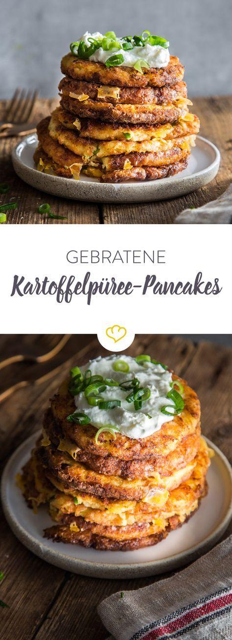 Kartoffelpüree vom Vortag, geriebener Käse und ein paar Grundzutaten verwandeln sich in der Pfanne in goldbraune Pancakes. So schmeckt die neue Resteküche!