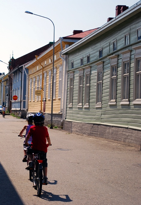 A bike ride through Kristinestad's old wooden house area.  (Photo: Kajsa Snickars)