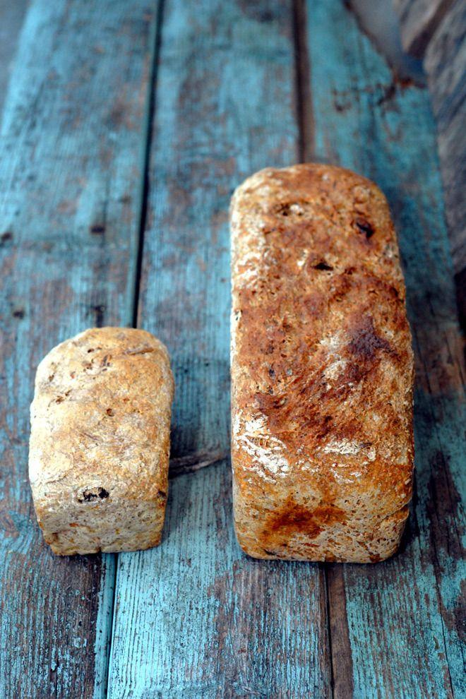 Hjertegodt, grovt gulrotbrød med rosiner til små og store. Husets fireåring bakte sitt eget matpakkebrød og jeg mitt. Det ble til sunne, sødmefulte grovbrød.