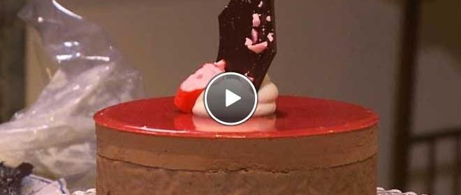 Pure chocoladetaart met zuurtjescrème