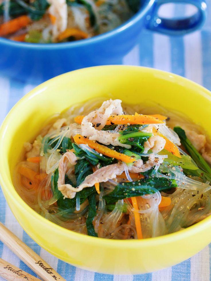 栄養満点♪『豚バラと小松菜の中華風はるさめスープ』 by Yuu / 豚バラと小松菜を使った栄養満点の具沢山はるさめスープ。サッと炒めて煮るだけなので10分もあれば完成♪豚バラと鶏ガラスープの旨味そして、オイスターソースとごま油のコクで汁までゴクゴク飲めほせます!   / Nadia
