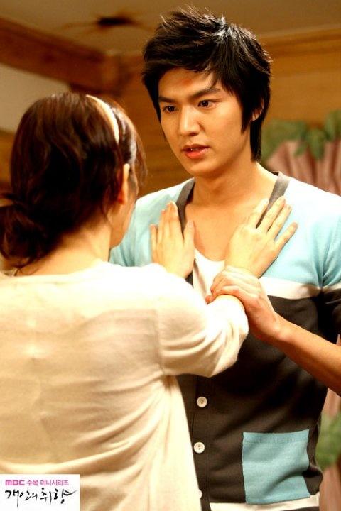 """Jin Ho: """"¿Lo siente?""""- colocando las manos de Gae In en su pecho- """"¿El violento latido de mi corazón?""""- dulcemente se acerca y le susurra al oído: """"La única que puede aliviarlo…es usted"""", la toma y la deja caer sobre la cama. - Gae In y su imaginación (Personal Taste, Episodio 13)"""