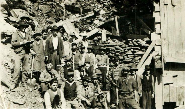 Galería Histórica de Carahue. Sociedad y Época:  Cuadrilla de Mineros de Santa Celia en la década del 30.- Con pañuelo al cuello, el famoso Loco Mella, uno de los más bravos pistoneros de su tiempo. --------- #GHC #carahue #memoria #patrimoniofotografico #bancopatrimonial #fotografía #fotografiaantigua #santacelia #mineros #minería