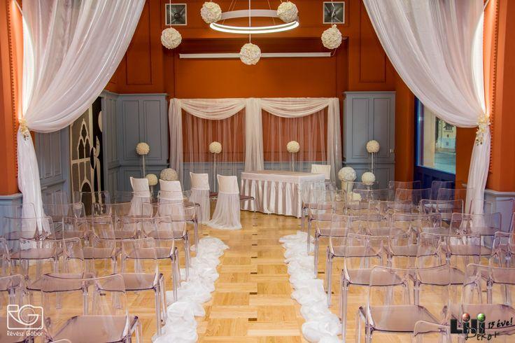 A terem egésze: visszafogott, egységes és kifinomult eleganciát sugároz.