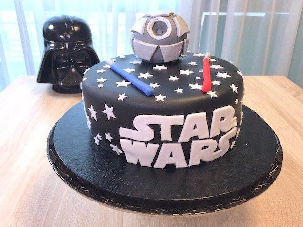 Une recette de Gâteau Star Wars en vidéo à l'occasion de la sortie du dernier épisode de la saga. Sabre lasers et étoile de la mort en pâte à sucre.