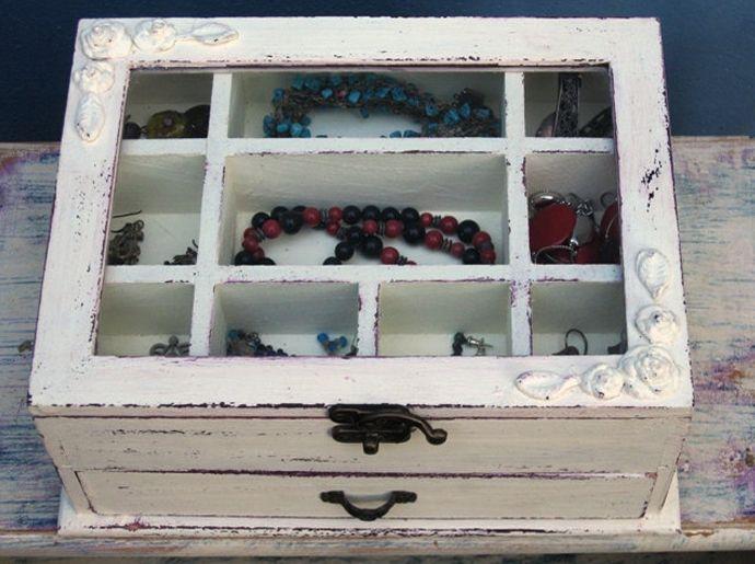 Her bayanın vazgeçemediği mücevher kutuları... Takılarınızı tek bir yerde toplayabileceğiniz, rahatlıkla seçip kullanabileceğiniz mücevher kutuları istediğiniz renkte tasarlanabilir.  Sipariş için mesaj atmanız yeterli.