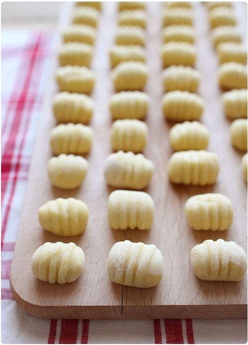 Je me suis enfin décidée à vous présenter la recette des gnocchi maison en images. Je vous présente également le façonnage avec une fourchette en animation