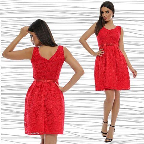 La Adrom Collection a sosit acest model nou de rochie, confecționată din dantelă, cu cordon de tafta în talie, care prezintă o fundiță pe mijlocul feței. Este un articol vestimentar de vară, fără mâneci, mulat în partea de sus și lejer în partea de jos, evidențiindu-se foarte bine talia.   Aceasta se poate achizționa în regim en-gros de aici: www.adromcollection.ro/rochii/202-rochie-angro-r493.html