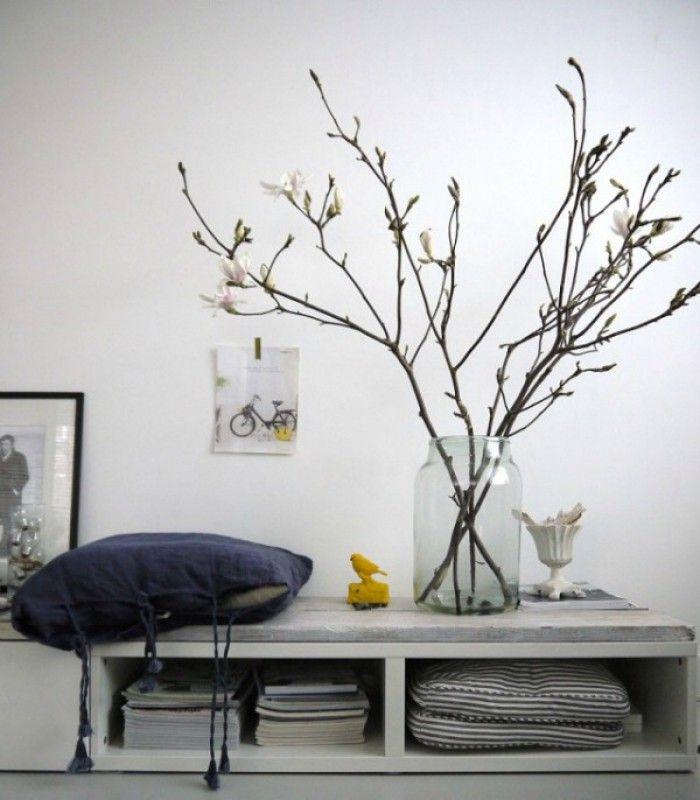 Bloesemtakken in huis voor een instant lentegevoel.