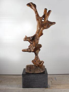 Houtsculptuur 58 GJ. Mooi en discreet voor zowel binnen als buiten in uw achtertuin. De urn kan worden geplaatst in een holle sokkel. Zie ons gehele assortiment op onze website https://www.gedenkornamenten.nl/houtsculpturen. Neem bij vragen gerust contact met ons op.