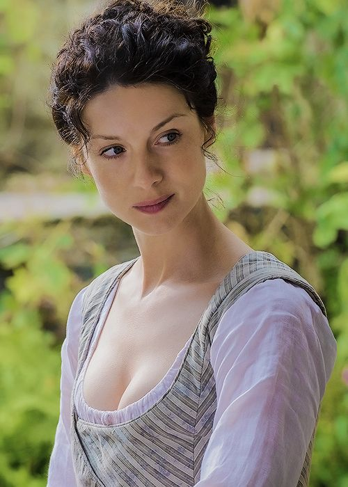"outlandersource: ""Claire Fraser - The Watch (1.13)"" ¡Preciosa!"