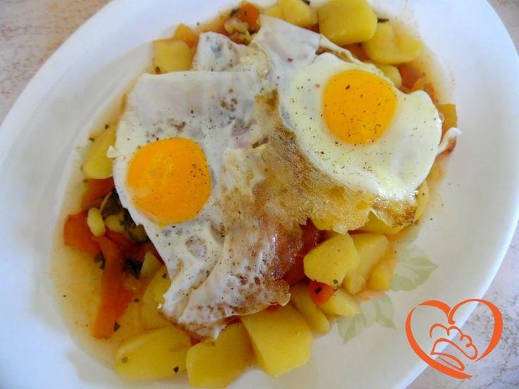 Uova al tegamino su patate e pomodori http://www.cuocaperpassione.it/ricetta/312e1f4c-9f72-6375-b10c-ff0000780917/Uova_al_tegamino_su_patate_e_pomodori