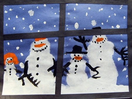 Sneeuwpoppen gezien door het raam