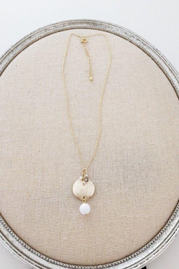コインのようなパーツを使ったネックレスです。ホワイトの天然石と、小さなパールがとっても可愛いですよタートルネックセーターやシャツにも似合いそうです。素材:ゴー...|ハンドメイド、手作り、手仕事品の通販・販売・購入ならCreema。