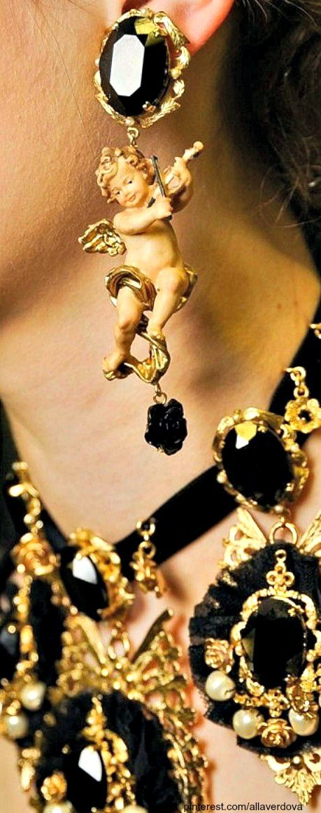 Backtage at Dolce&Gabbana Fall 2012.... ХОРОШЕЕ!!!!! ДЛЯ ЕЛКИ ВОТ ТАМ БЫЛО Б ЗДОРОВО ! ПРИ МАССЕ ИЗ GOLD НОВОГОДНИХ ИГРУШЕК