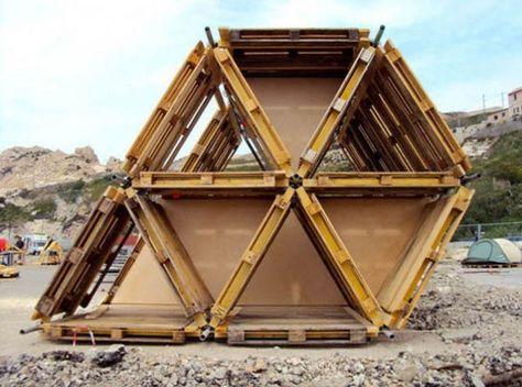 Tent gemaakt van houten pallets en steiger materiaal.