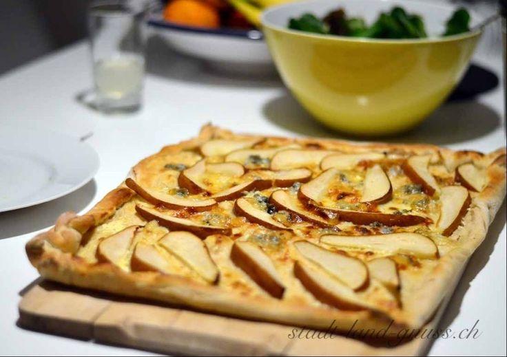 Flammkuchen mit Birne und Blauschimmelkäse