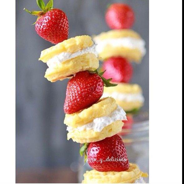 Esta Idea es Perfecta para los Niños  Usa un palito (los que se usan para pinchos puede ser ) corta rueditas de Pancakes Rellénalas de Yogurt Tipo Griego y colócales Fresa o la fruta que prefieras .  Sorprende a los pequeños de la casa con Ideas Sanas y Deliciosas #sano_y_delicioso