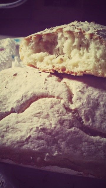 Il mio primo esperimento con il pane. Ciabattine al rosmarino. Appena sfornate. Direi che tutto è andato nel verso giusto! Happy!