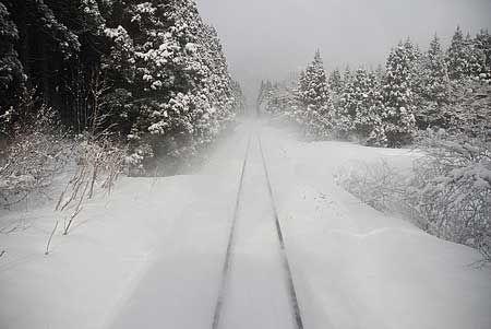 列車の風に、粉雪が線路を舞う。薄日に、その白さを増す。2009/3 越後金丸駅~小国駅 JR米坂線1128D米沢行 車窓© 2010 風旅記(M.M.) 風旅記以外への転載はできません...
