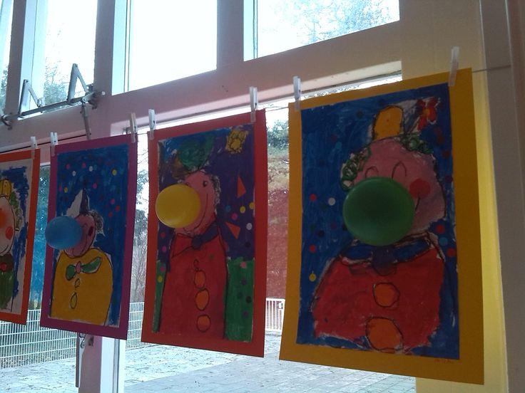 Carnaval clown: Tekenen met zwarte wasco en verven met plakkaatverf. Na drogen lijnen overtrekken met zwarte wasco en plakrondjes (=confetti) plakken op de achtergrond. De neus is een opgeblazen ballon.  Groep 3 SBO De Oostvogel Gouda.