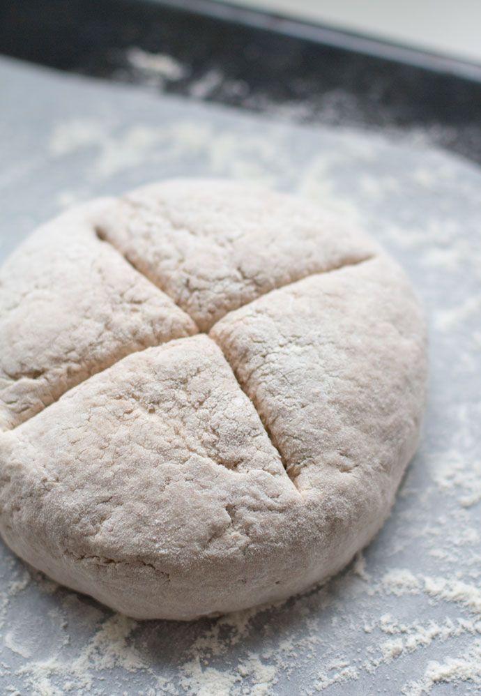 Snel en makkelijk. Dat zijn de kenmerken van een sodabrood. Sodabrood, beter bekend als soda bread, iseen brood dat geen gebruik maakt van gist voor de rijzing van het deeg. Omdat het deeg niet hoeft te rijzen kan het brood direct de oven in en is het snel klaar. Zoals de naam al doet vermoeden...Lees Meer »