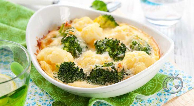Blomkål- og brokkoligrateng En deilig grønnsaksgrateng som er enkel å lage. 1 bukett brokkoli1 middels blomkål3 ss smør4 ss hvetemel6 dl melk4 dl revet hvitost1 ts salt0.5 ts nykvernet pepper Sett stekovnen på 250 °C.Rens og vask blomkål og brokkoli. Del de opp i buketter. Kok bukettene