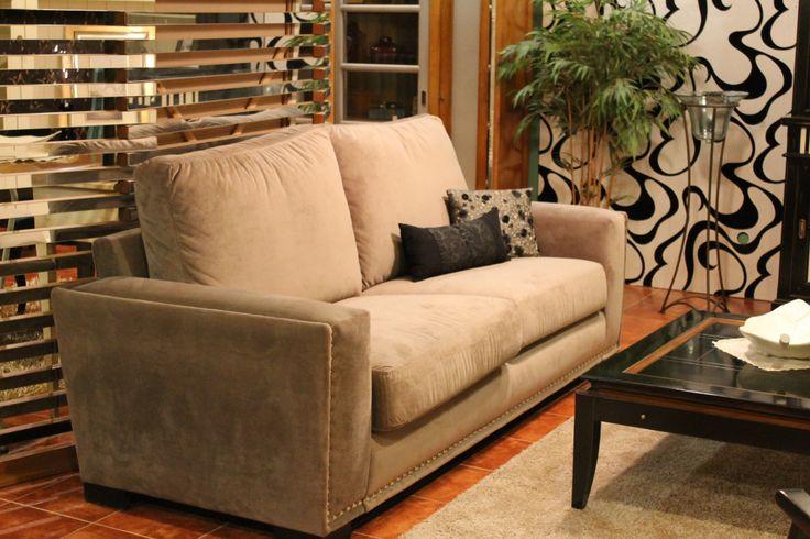 Sofa estilo clasico tapizado en tela y con tachuelas for Sofas estilo clasico